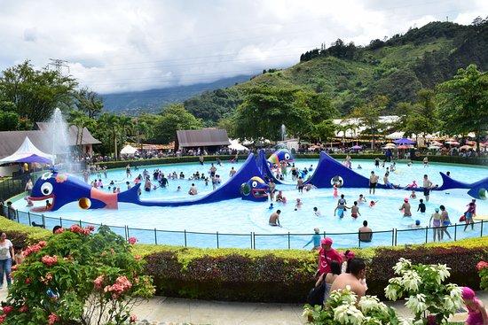 Copacabana, Colombia: ¡Las Ballenitas, la piscina más feliz de Antioquia, te está esperando!