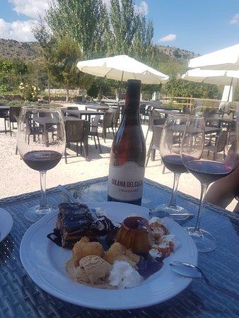 Inazares, Spain: Vino tinto de la zona con unos deliciosos postres caseros