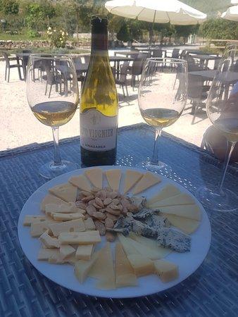 Inazares, Spain: Acompañando unos quesos con almendras fritas y Vino blanco de la zona