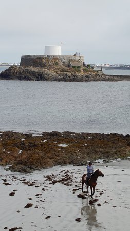 St. Pierre du Bois, UK: Fort Grey and beach 30 min walk (6 min drive) from cottage