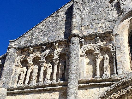 Ruffec, Francia: Parmi les 27 églises de l'abbaye de Nanteuil-en-Vallée, la seule à avoir une façade-écran histor
