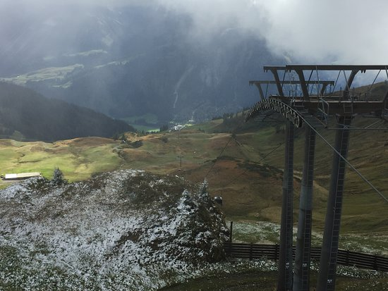 Schoppernau, Áustria: Trist am Berg und Sonne im Tal
