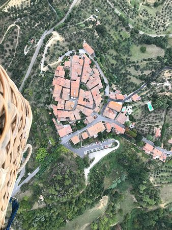 Montisi, Italie : Flying above a hill town.