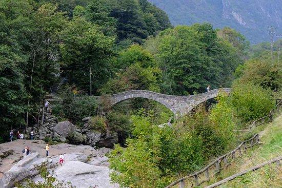 Lavertezzo, Schweiz: De middeleeuwse brug.