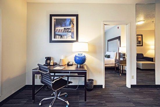 Arena Hotel: Deluxe Suite with detached bedroom