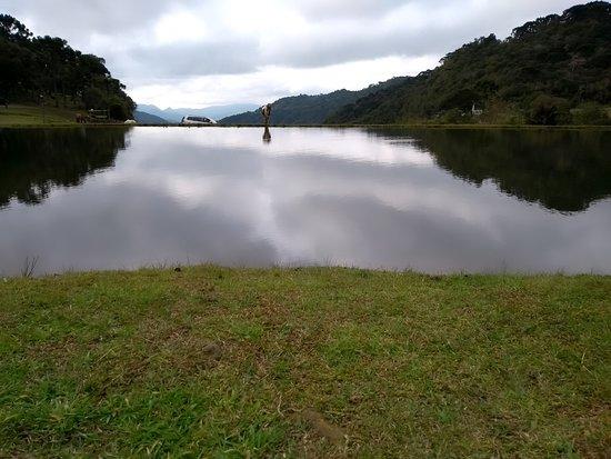 Cachoeira do Avencal: Vista do lago, a cascata fica a frente, é tudo maravilhoso aos olhos!