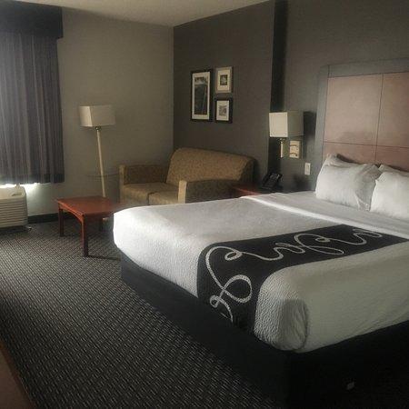 La Quinta Inn & Suites by Wyndham DFW Airport South / Irving Photo