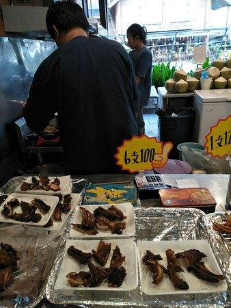 ตลาดน้ำหมู่บ้านปางช้างอโยธยา: 鱷魚肉串