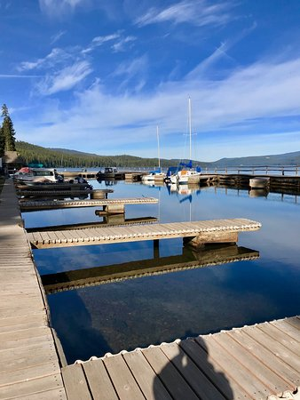 Crescent Lake, OR: Nice marina and slips for your fishing or pleasure boats