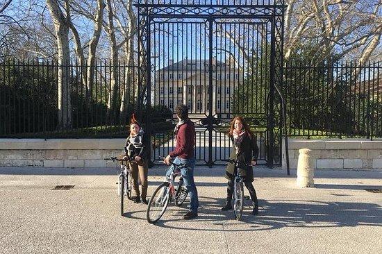 在MARGAUX骑自行车