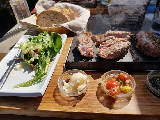 Vernet-Les-Bains, ฝรั่งเศส: Lamb cooking on the hot rock with a selection of dips and a salad with fresh bread ... yum!