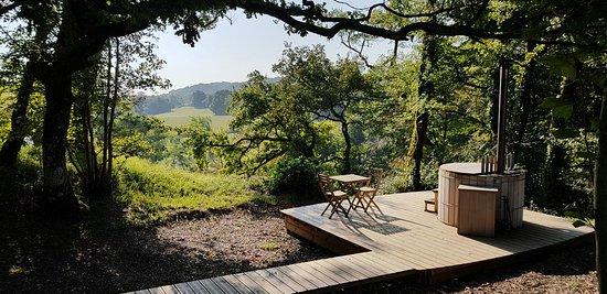 Laàs, France : Terrasse et bain japonais - cabane shibumi