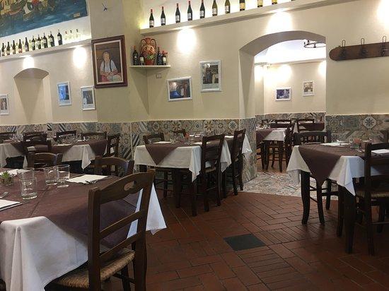 Taverna dei Conti, in cucina lo Chef prepara i piatti per i clienti ...