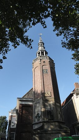 Harlingen, Holandia: The very old tower at the back of the building......