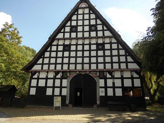 Bad Oeynhausen, Niemcy: das Haupthaus im Museumshof - ein typisches niederdeutsches Hallenhaus mit prächtigem Eingangsto