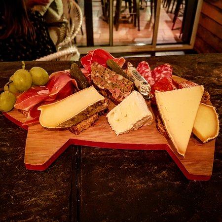 Notre fameuse planche mixte qui consiste en assortiment de charcuterie et fromages...