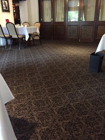 Great Broughton, UK: Very outdated dining room - carpet looked very dirty