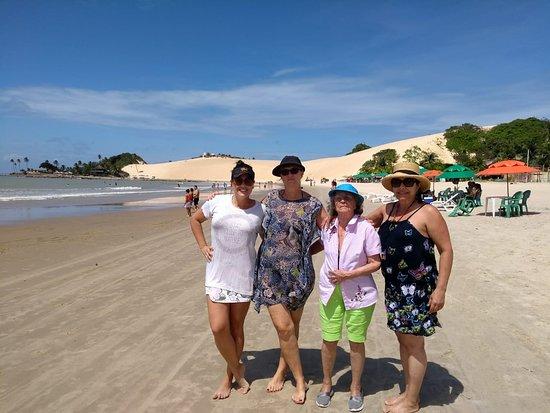 Praia de Genipabu: Praia com dunas ao fundo