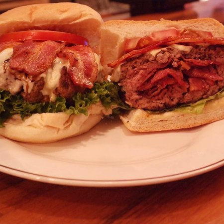 New York Mills, Νέα Υόρκη: Best burger in NY winner the bacon infused burger at Uncles Tavern