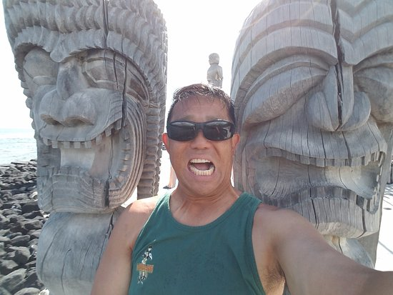 ‪‪Pu'uhonua O Honaunau National Historical Park‬: Yours truly with my buddies, protector Kii!‬