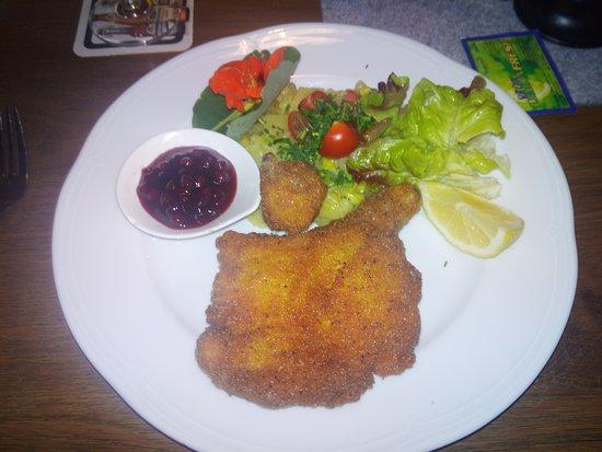 Maishofen, Αυστρία: die Hälfte vom gebackenen Hendl