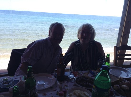 Drosia, กรีซ: Brian and Sandra enjoying a quiet lunch with friends at PortoRoulis