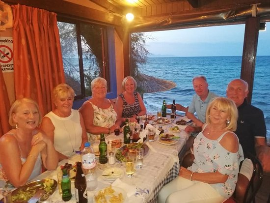 Drosia, กรีซ: Charlie and Anne and friends having a early evening meal at PortoRoulis.