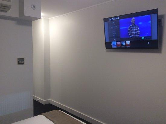 Ibis Sydney World Square: TV on wall