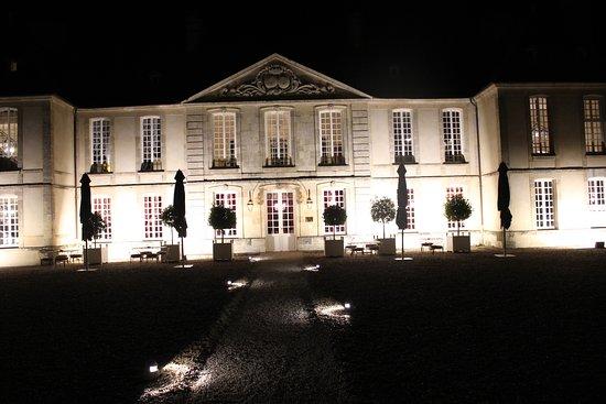 Audrieu, Frankrike: Façade la nuit