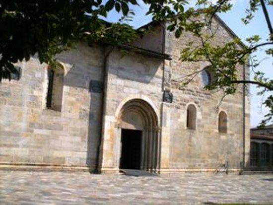 Brebbia, Italia: Chiesa SS. Pietro e Paolo