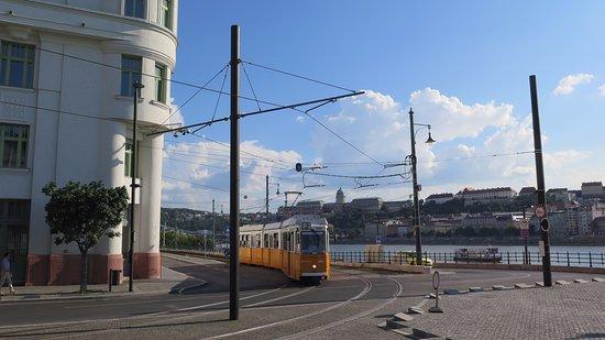 El tranvía arribando a la plaza del Parlamento