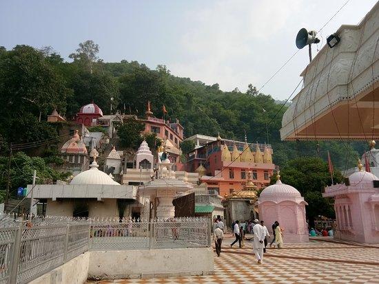 Jwalamukhi, الهند: Main temple center-right