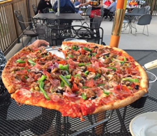 Watertown, WI: Rock River Monster pizza