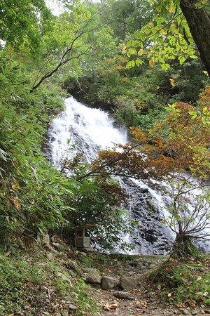 Kosaka-machi, Japonia: 近くからの滝の様子