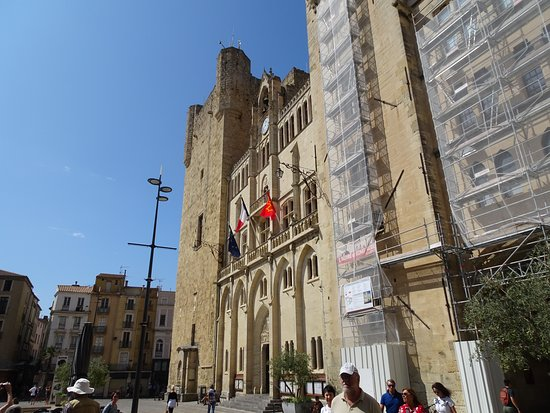 Donjon Gilles Aycelin: It is next to Narbonne's Town Hall (flags)