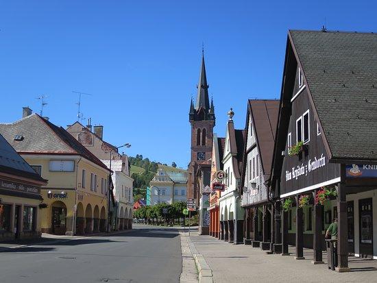 Vrchlabi, Republik Ceko: Centrum Vrchlabí - vinárna je na konci bloku vlevo za rohem