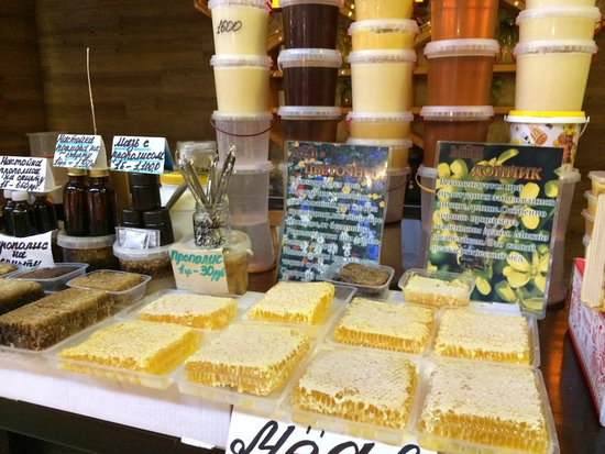 Hotel Europe: Marché juste à côté de l'hôtel avec miel délicieux