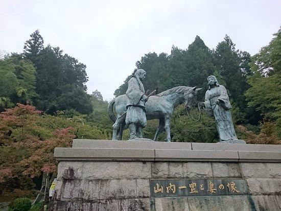 Gujo, Japão: 後ろには郡上八幡城の天守が
