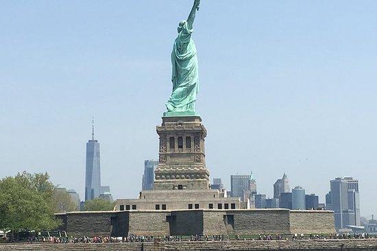 自由の女神像の近くにある60分レディー・リバティー・クルーズ