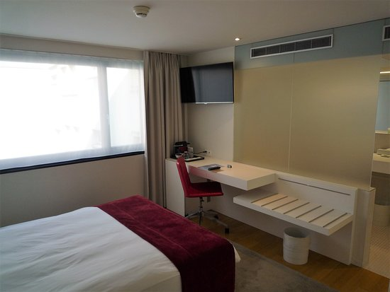 Desk, Luggage rack, TV and coffee machine - Picture of Hotel ...