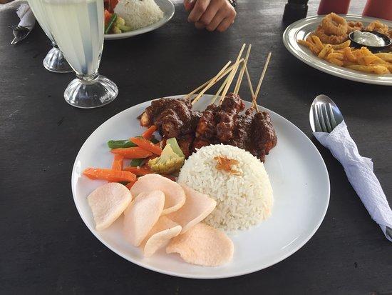 Warung Pantai Batu Belig: Satu campur, brochette de poulet, boeuf et porc, sauce cacahuete