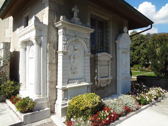 Золотурн, Швейцария: Kirche St.Niklaus (pierre tombales adossées au mur de l'église)