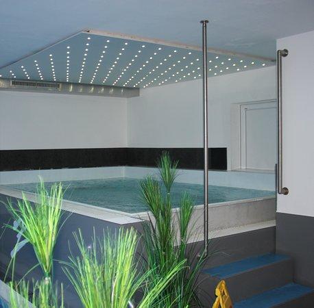 Saas-Almagell, Schweiz: Der grosse Whirlpool im Hallenbadbereich