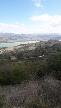 Macchia Valfortore, Italy: Lago di Occhito visto dall'agriturismo