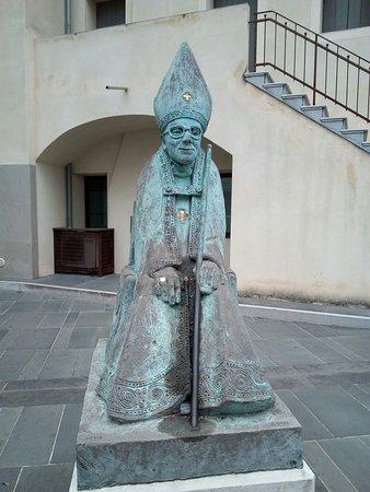 Statua a Monsignore Abramo Freschi Vescovo