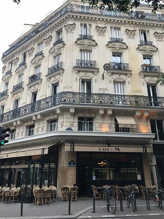 Cafe M - Fachada, localizado no térreo do edifício