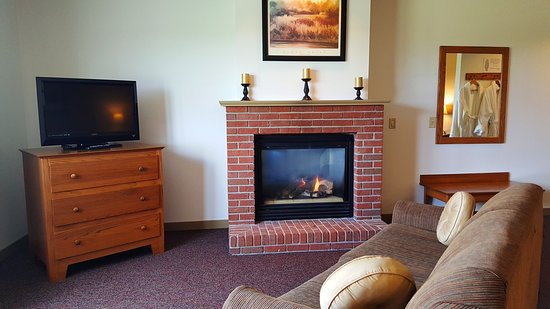 Zinck's Inn: This is our KGFP room w/ 1 King Bed, sofa & a fireplace