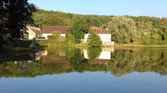 Saint-Bonnet-Troncais, Frankreich: Lac à côté de l'hôtel
