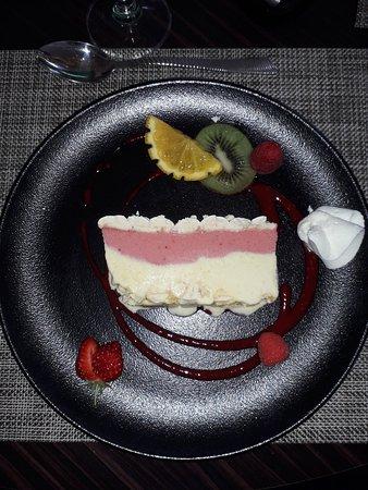 La Roche-Maurice, France: Vacherin vanille fraise