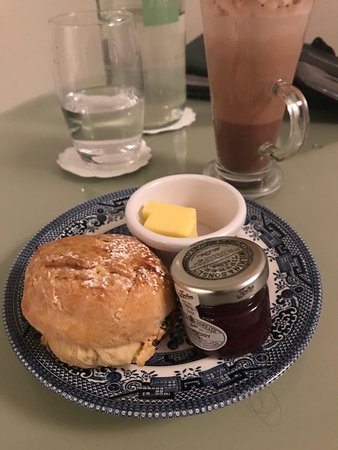 Sash Restaurant: Late night scone, jam and hot cocoa